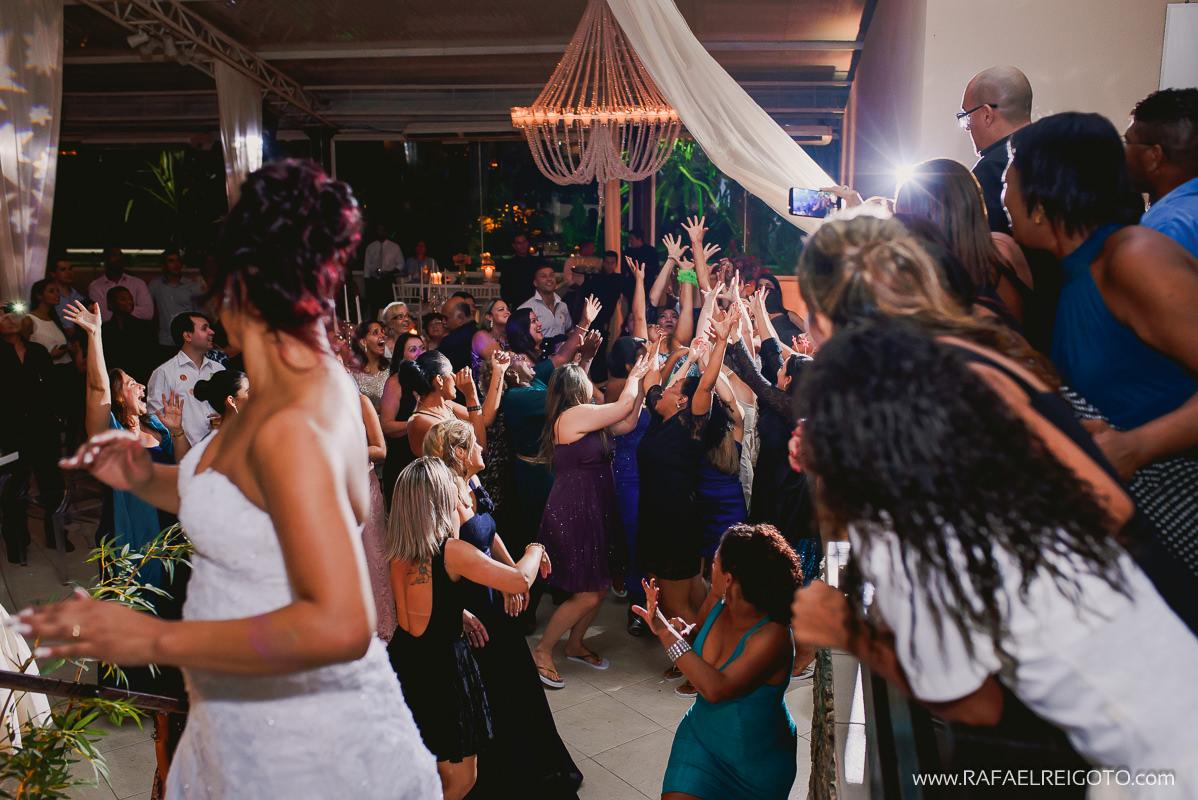 Mulheres solteiras desesperadas para pegar o buquê no casamento de Priscila e Vitor no Green House Buffet, Ilha do Governador, Rio de Janeiro/RJ
