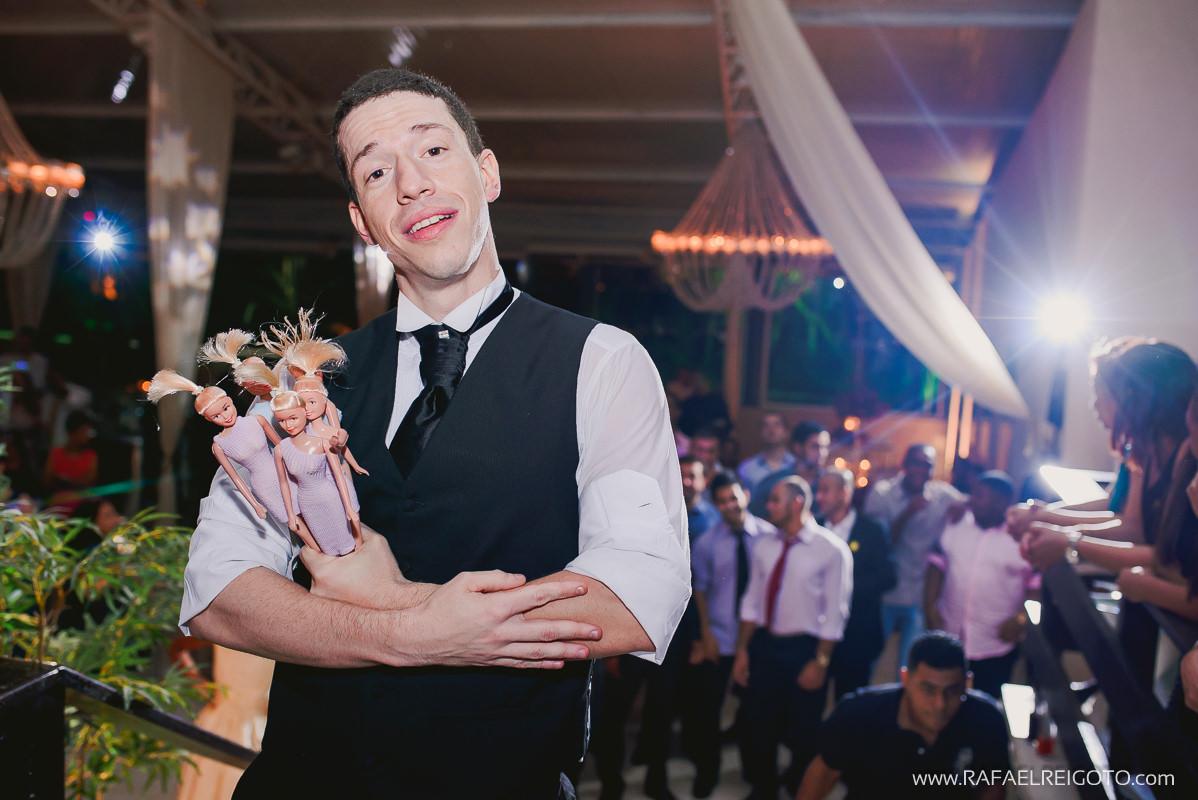 O noivo Vitor pronto para jogar as bonecas piriguetes no seu casamento no Green House Buffet, Ilha do Governador, Rio de Janeiro/RJ