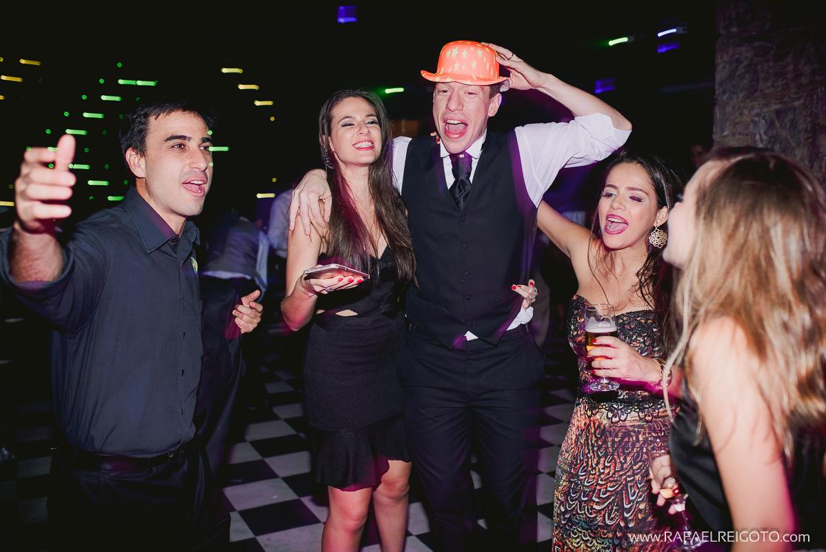 Noivo Vitor já bêbado e zoando com os amigos na pista de dança do seu casamento no Green House Buffet, Ilha do Governador, Rio de Janeiro/RJ
