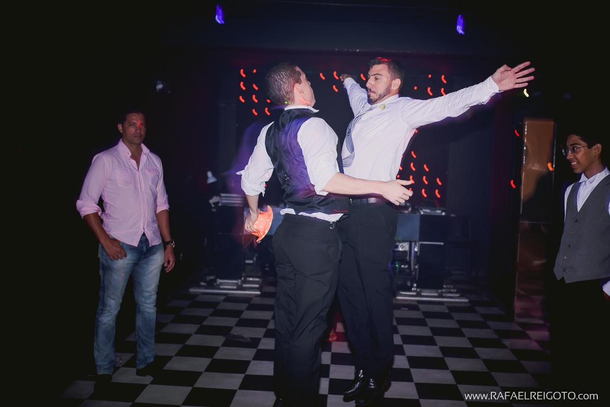Noivo bêbado dançando bastante na sua festa de casamento no Green House Buffet, Ilha do Governador, Rio de Janeiro/RJ
