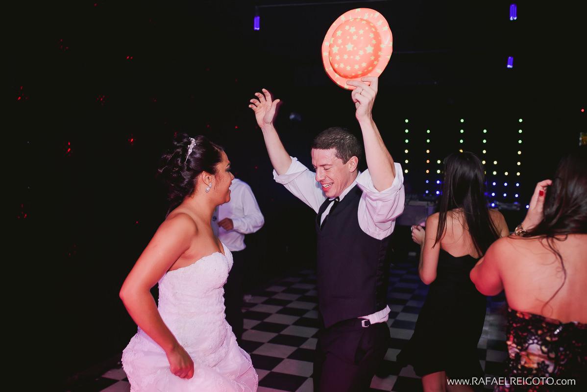 Os noivos Priscila e Vitor animados até o fim da festa no Green House Buffet, Ilha do Governador, Rio de Janeiro/RJ