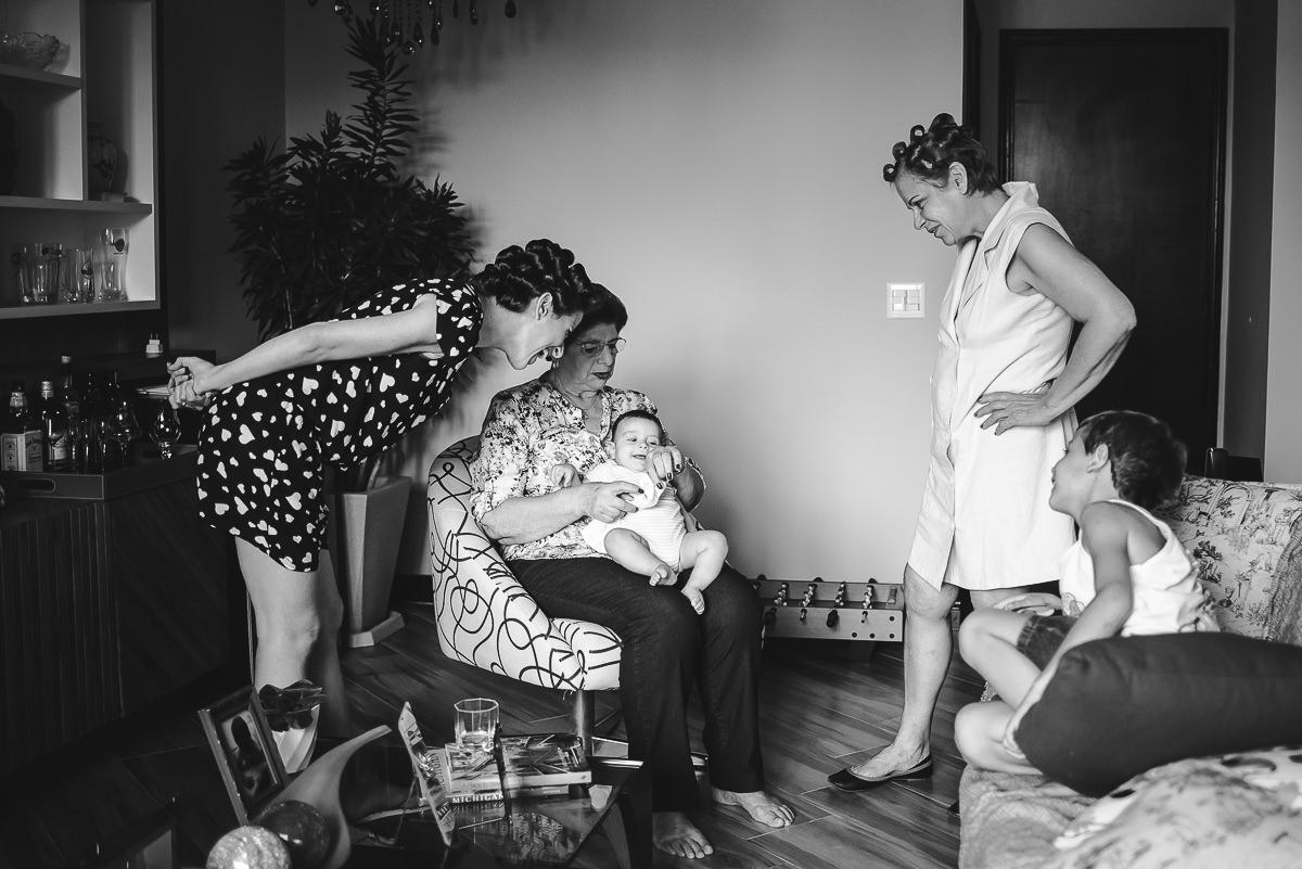 Família da noiva em momento de descontração no making of na Tijuca, Rio de Janeiro-RJ
