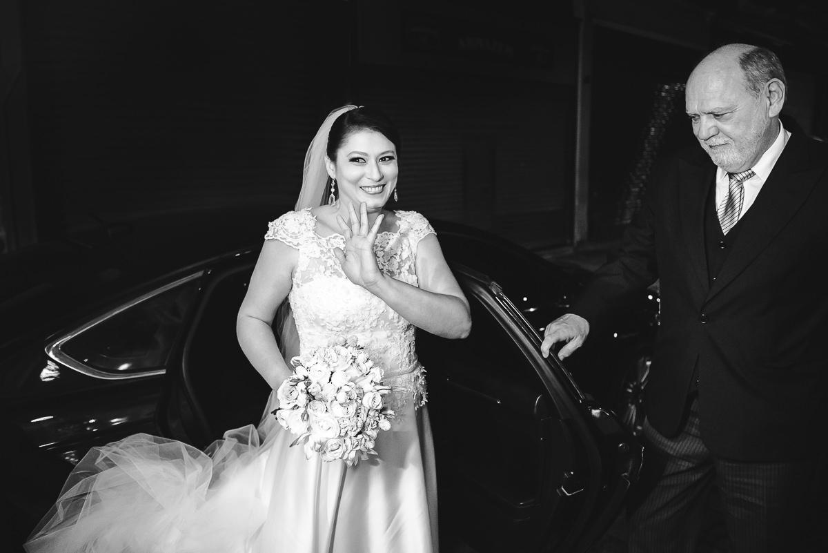 A noiva Débora saindo do carro na chegada para o seu casamento na Confeitaria Colombo, Rio de Janeiro-RJ