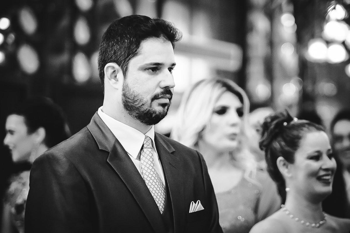 O noivo Leonardo Guimarães Joias aguardando ansiosamente a entrada da noiva Débora na Confeitaria Colombo, Centro, Rio de Janeiro-RJ