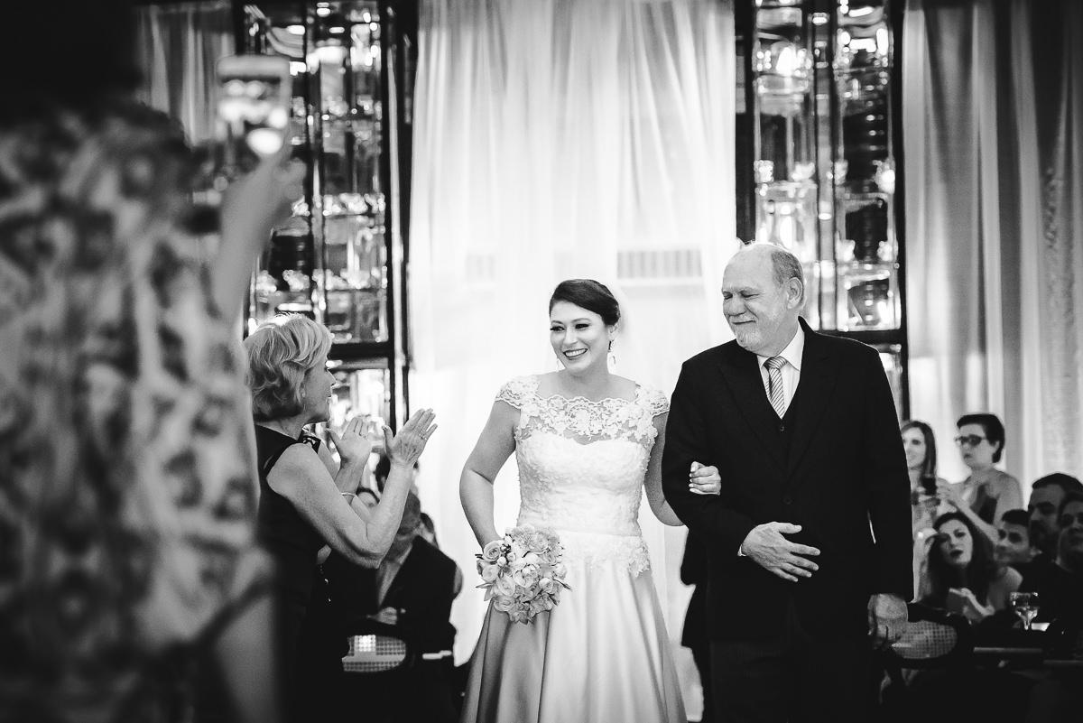 Entrada da noiva Débora com seu pai para a cerimônia do seu casamento na Confeitaria Colombo, Centro, Rio de Janeiro-RJ