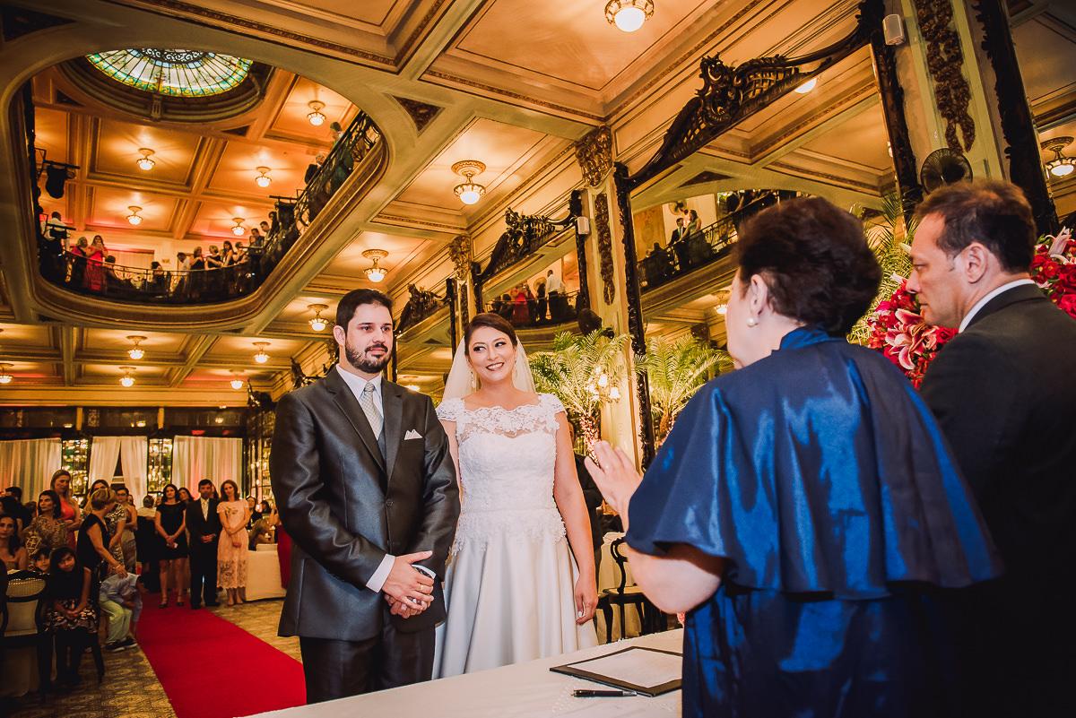 A Juíza de Paz Sônia Regina, do Cartório do Catete, celebrando o casamento de Débora e Leonardo na Confeitaria Colombo, Centro, Rio de Janeiro-RJ