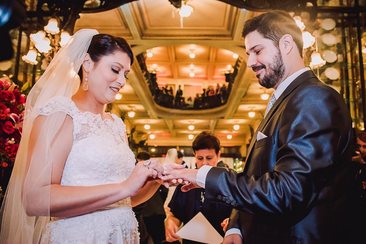 Troca de alianças dos noivos Débora e Leonardo na Confeitaria Colombo, Centro, Rio de Janeiro-RJ