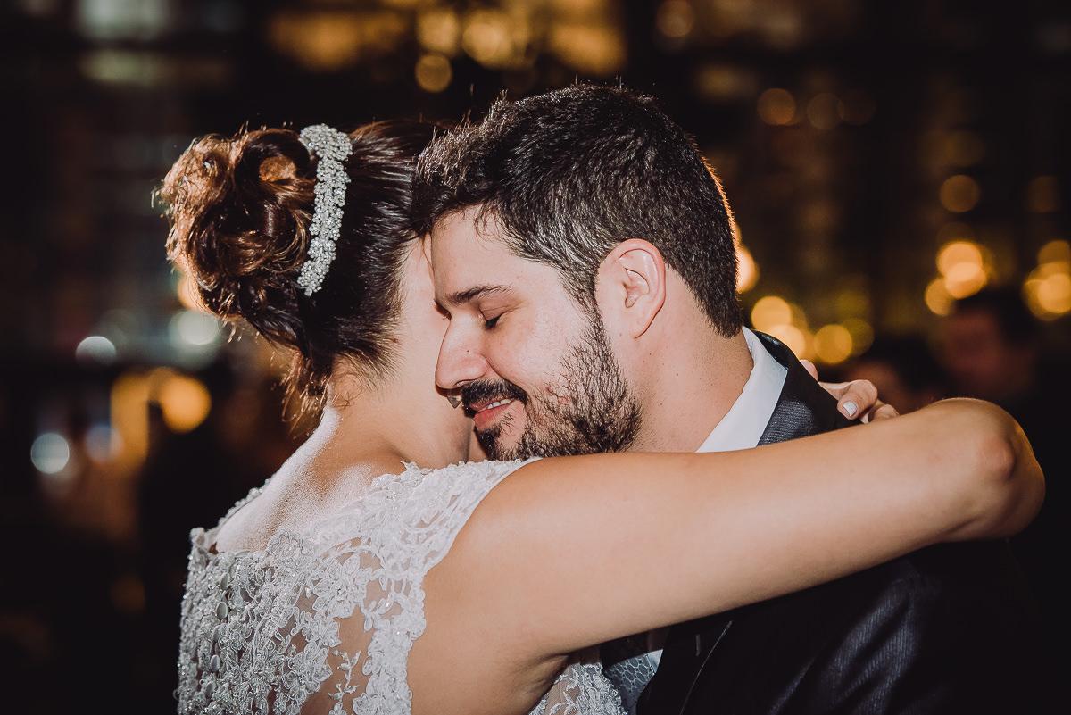 A noiva Débora abraçando o noivo Leonardo no seu casamento na Confeitaria Colombo, Centro, Rio de Janeiro-RJ