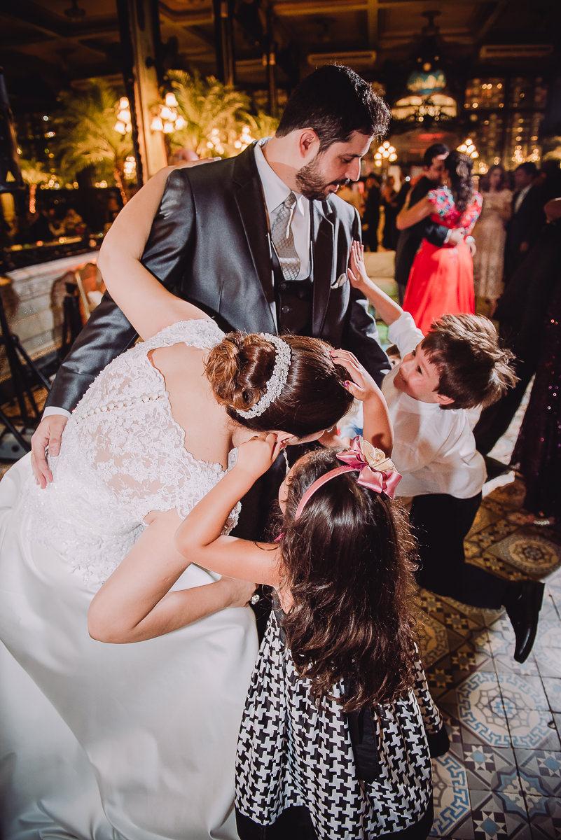 Crianças fazendo bagunça no casamento dos noivos Débora e Leonardo, Confeitaria Colombo, Centro, Rio de Janeiro-RJ