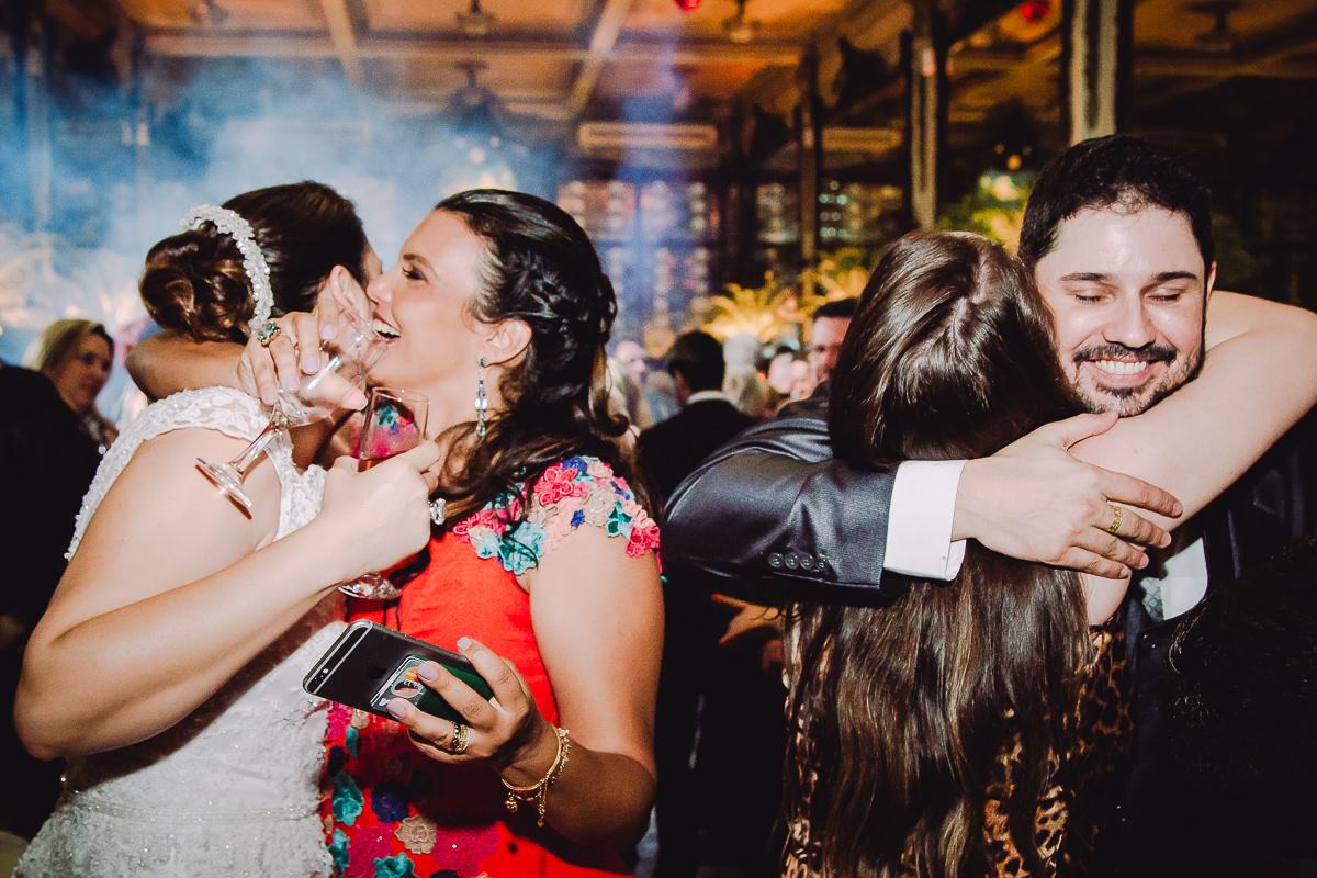 Muitos abraços de amigos e parentes na pista de dança do casamento de Débora e Leonardo Guimarães Joias na Confeitaria Colombo, Centro, Rio de Janeiro-RJ