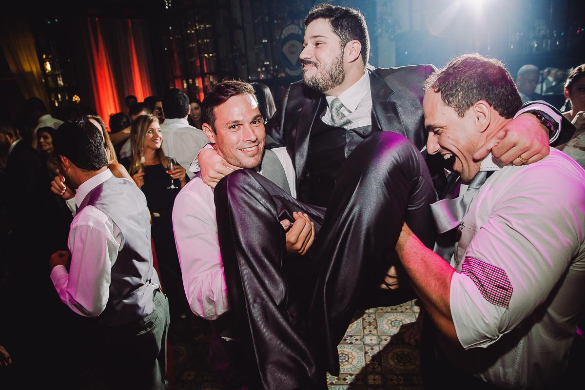 Noivo Leonardo curtindo bastante o casamento com seus amigos na Confeitaria Colombo, Centro, Rio de Janeiro-RJ