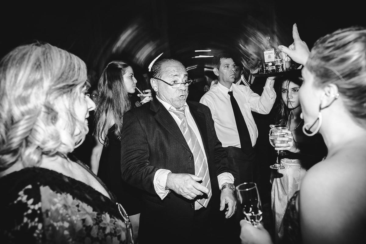 Convidados muito animados na pista de dança do casamento de Débora e Leonardo na Confeitaria Colombo, Centro, Rio de Janeiro-RJ