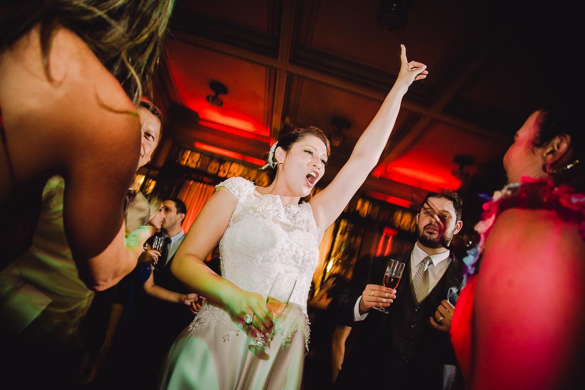 A noiva Débora dançando bastante no seu casamento na Confeitaria Colombo, Centro, Rio de Janeiro-RJ