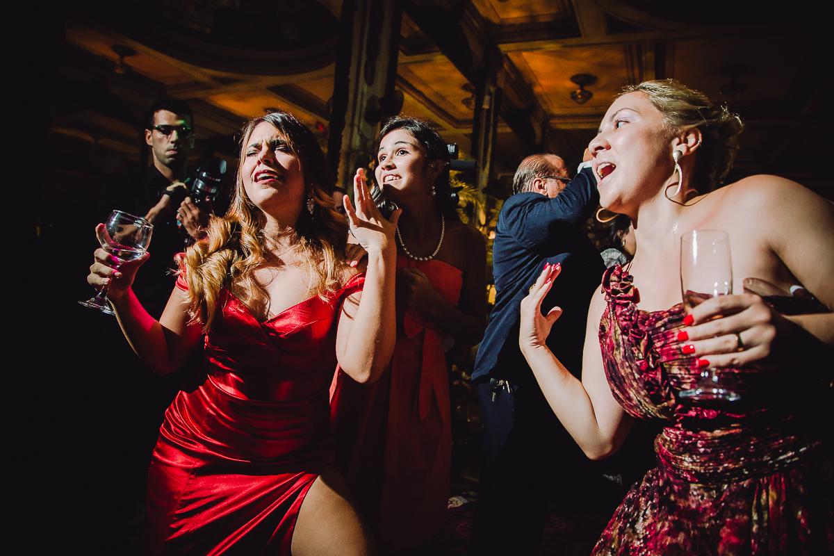 Convidadas muito animadas no casamento de Débora e Leonardo na Confeitaria Colombo, Centro, Rio de Janeiro-RJ