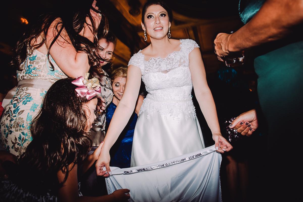 Os nomes das amigas solteiras escritos na barra do vestido da noiva Débora no  seu casamento na Confeitaria Colombo, Centro, Rio de Janeiro-RJ