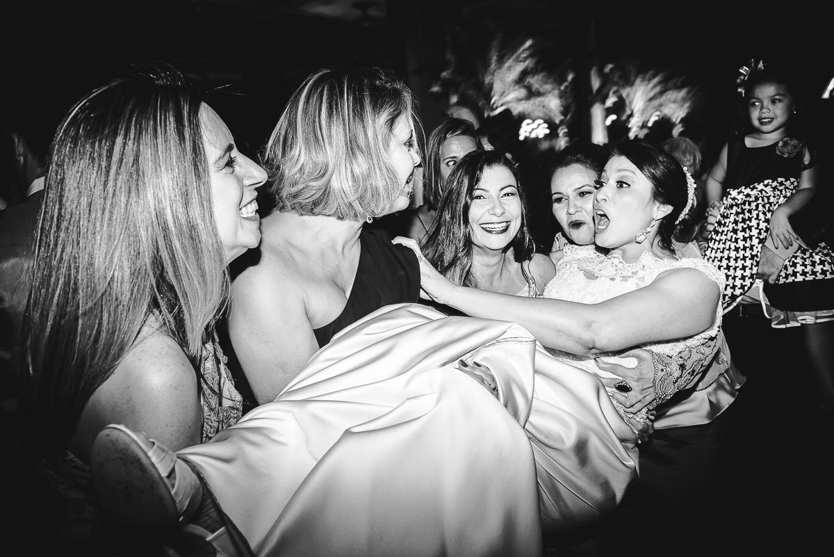 A noiva Débora sendo levantada pelas amigas no seu casamento na Confeitaria Colombo, Centro, Rio de Janeiro-RJ