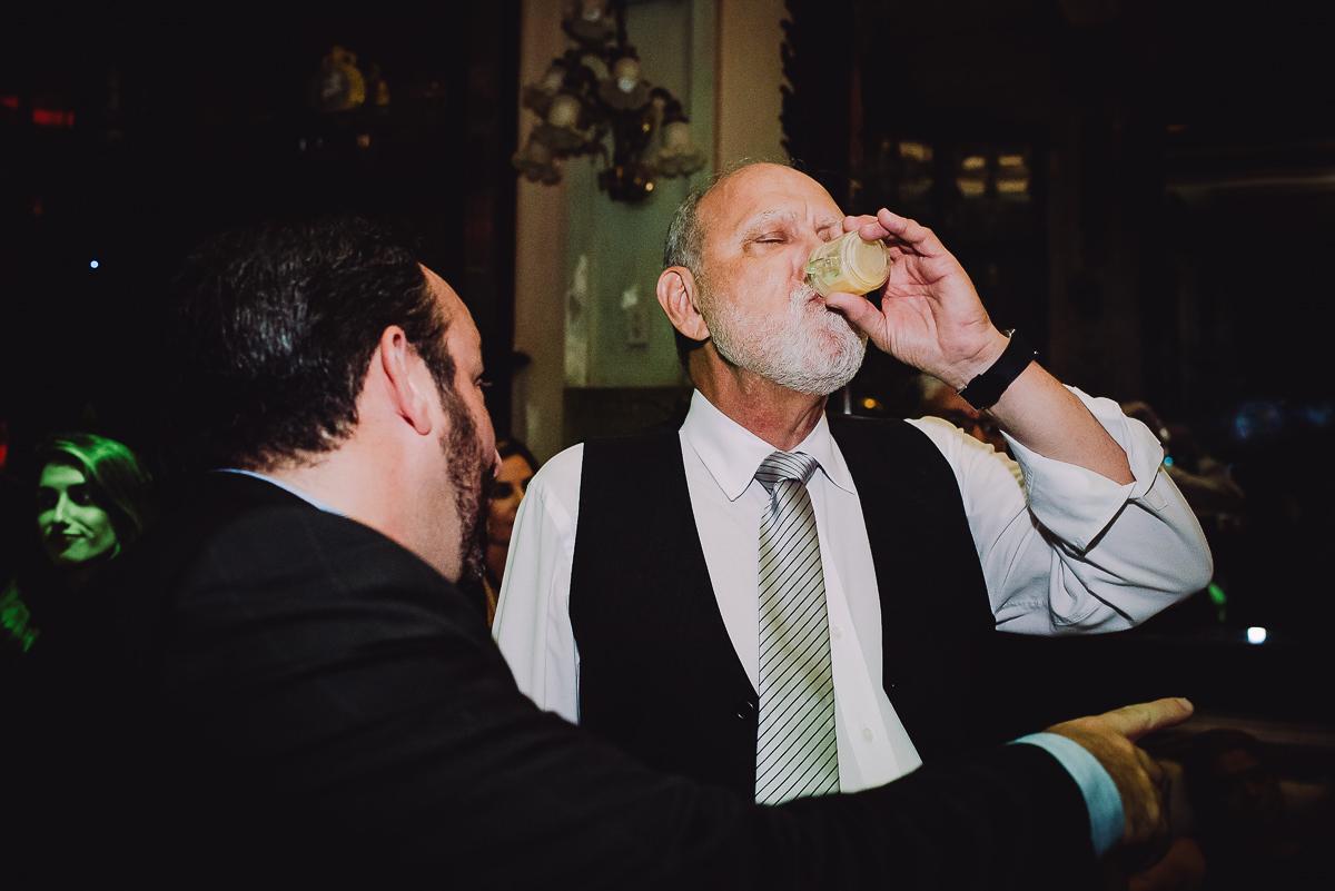 Pai da noiva bebendo todas no casamento de sua filha na na Confeitaria Colombo, Centro, Rio de Janeiro-RJ