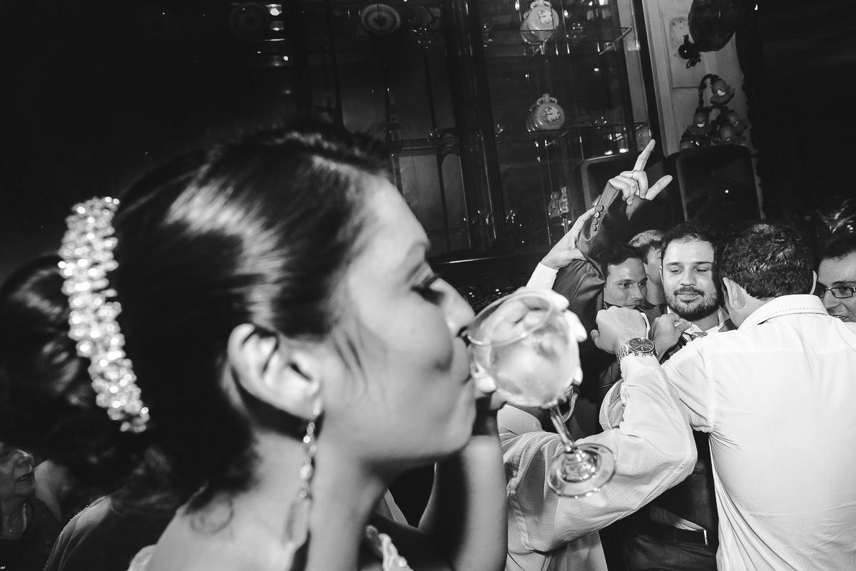 A noiva Débora bebendo na pista de dança do seu casamento na Confeitaria Colombo, Centro, Rio de Janeiro-RJ