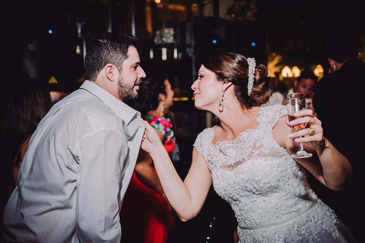 Os noivos Débora e Leonardo animados na pista de dança no casamento na Confeitaria Colombo, Centro, Rio de Janeiro-RJ