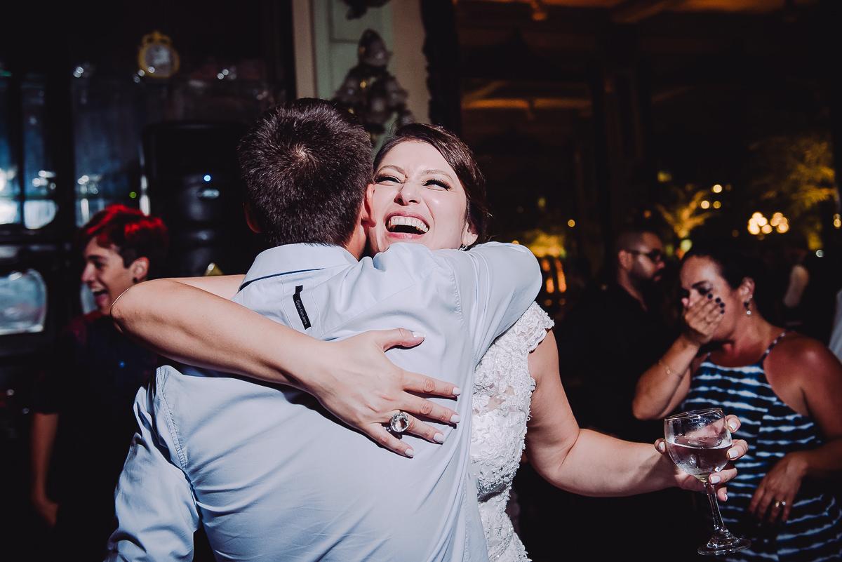 A noiva Débora abraçando seu padrinho na pista de dança do seu casamento na Confeitaria Colombo, Rio de Janeiro-RJ