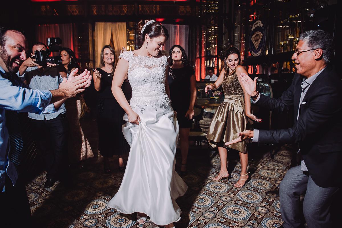 Noiva Débora dançando animada na pista de dança do seu casamento na Confeitaria Colombo, Centro, Rio de Janeiro-RJ