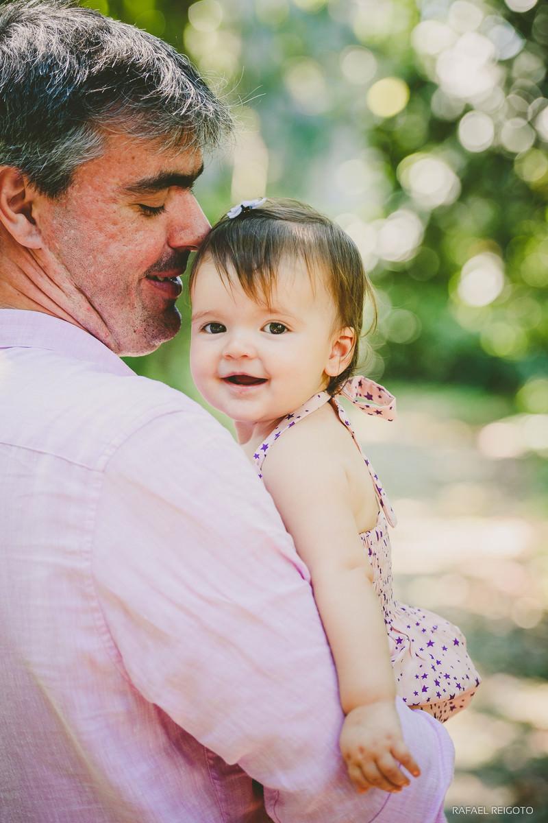 Papai Roberto e sua filha Catarina sorridente no ensaio família no Parque Lage, Rio de Janeiro-RJ