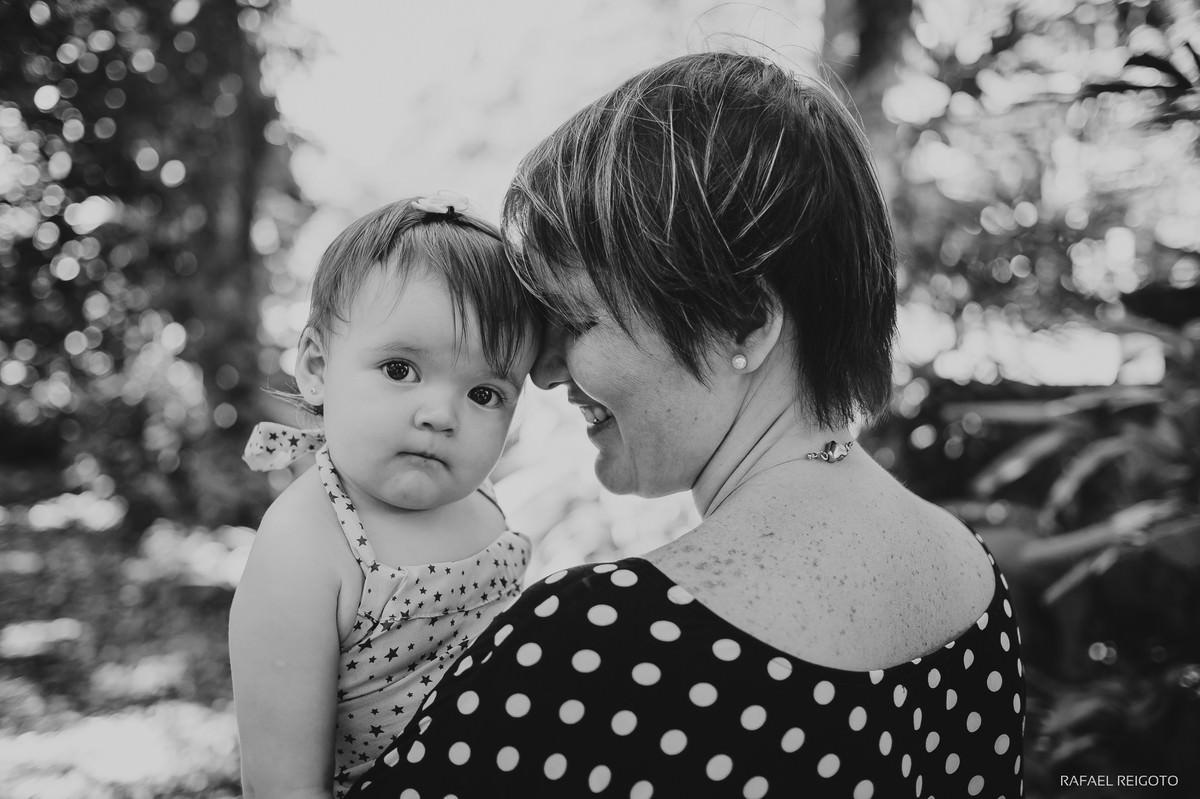 Muito amor envolvido na foto da mamãe Ana Gabriela com a filha Catarina no ensaio família no Parque Lage, Rio de Janeiro-RJ