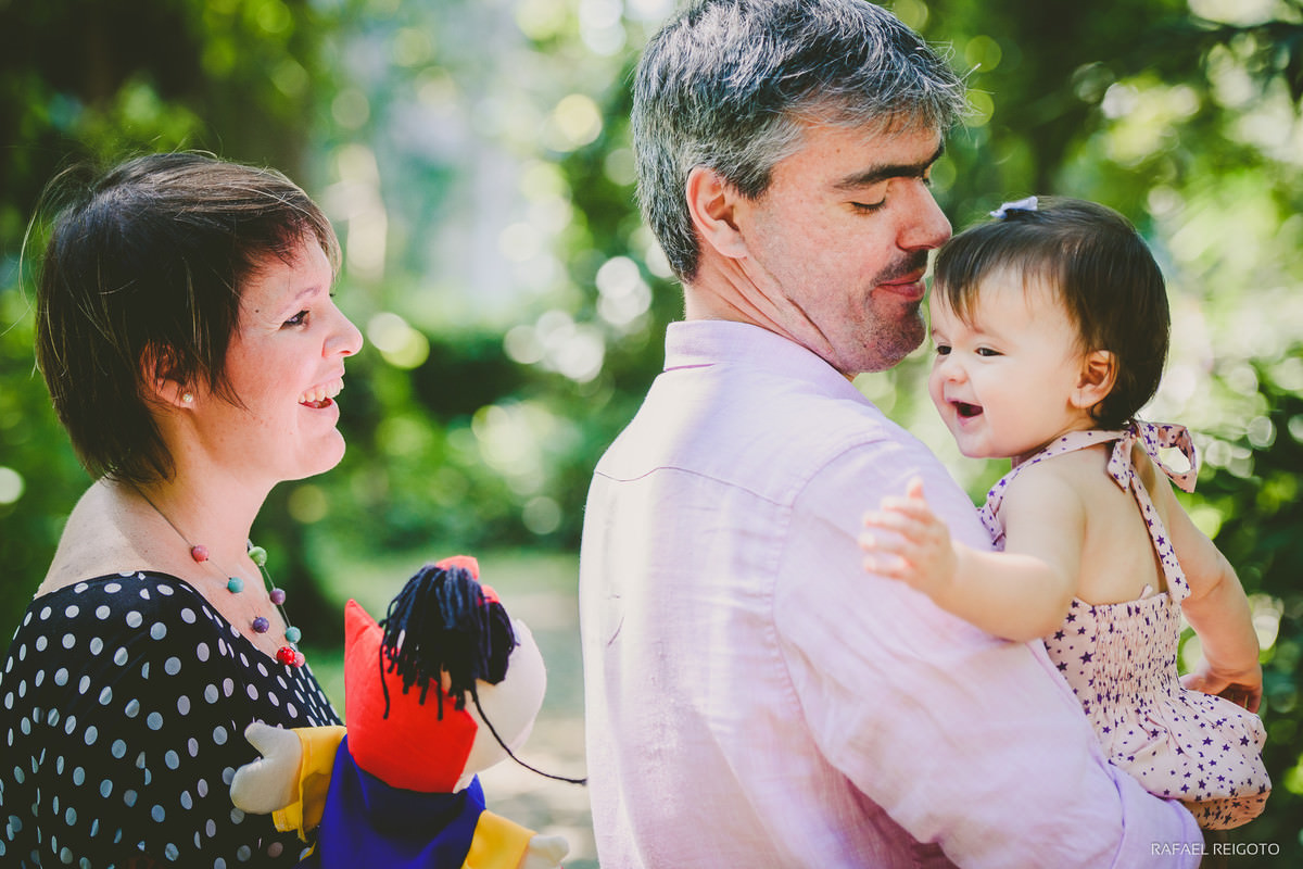 Bebê Catarina sorrindo no colo do papai no ensaio família no Parque Lage, Rio de Janeiro-RJ