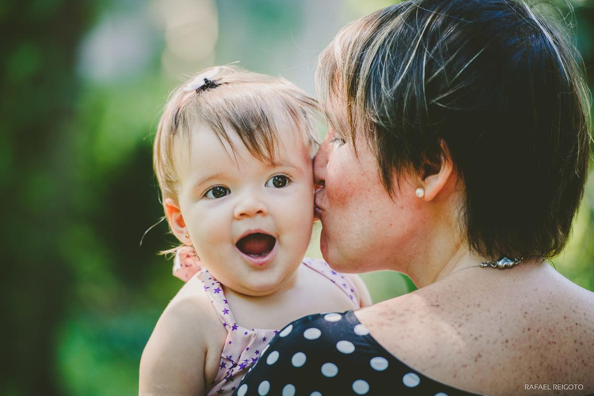 Mamãe Ana Gabriela beijando a filha Catarina no ensaio família no Parque Lage, Rio de Janeiro-RJ