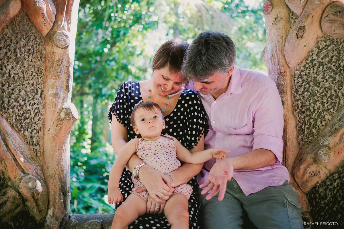 A bebê Catarina com o papai e a mamãe no ensaio família no Parque Lage, Rio de Janeiro-RJ