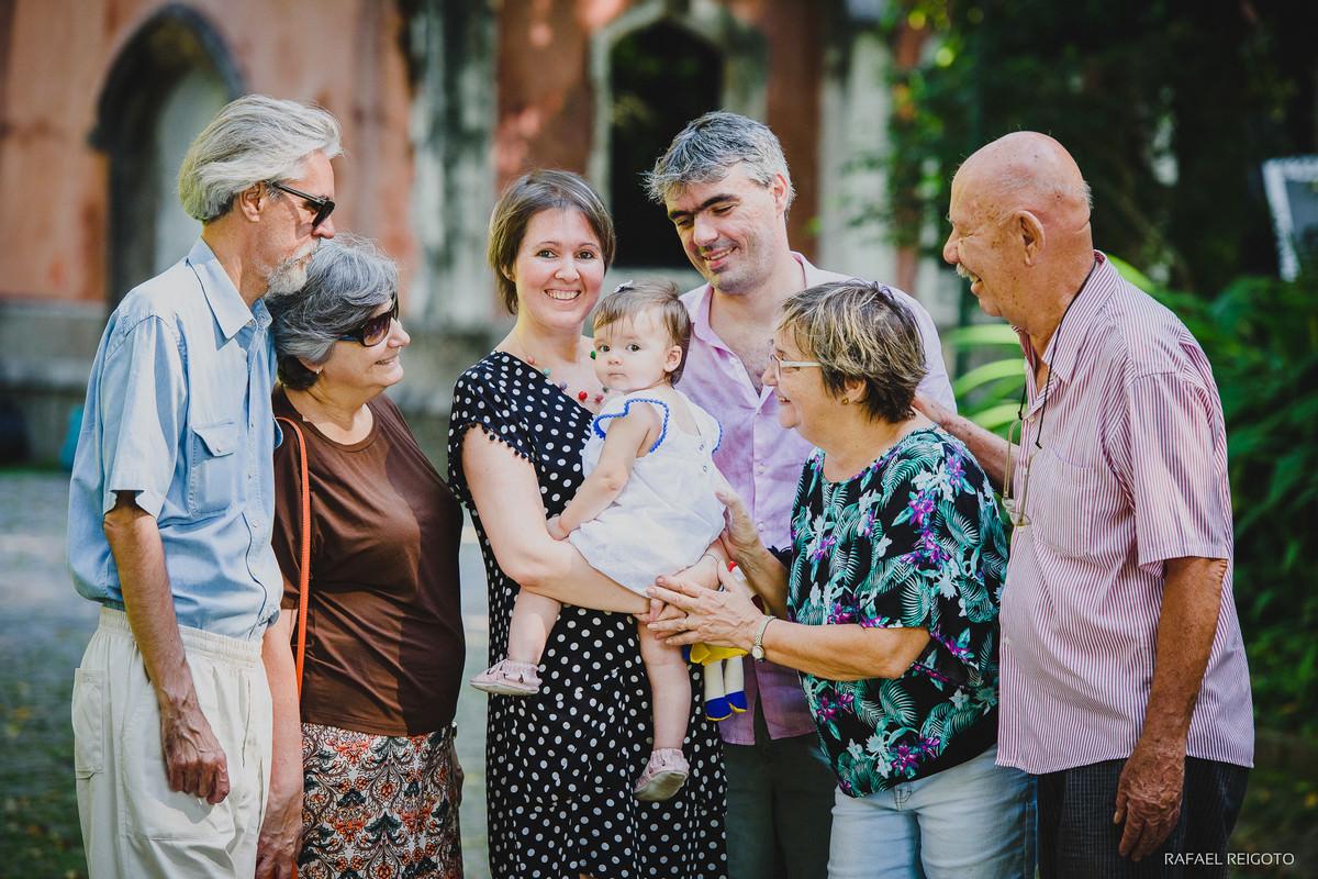 Vovôs, vovós, papai e mamãe em ensaio família com a pequena Catarina no Parque Lage, Rio de Janeiro, RJ
