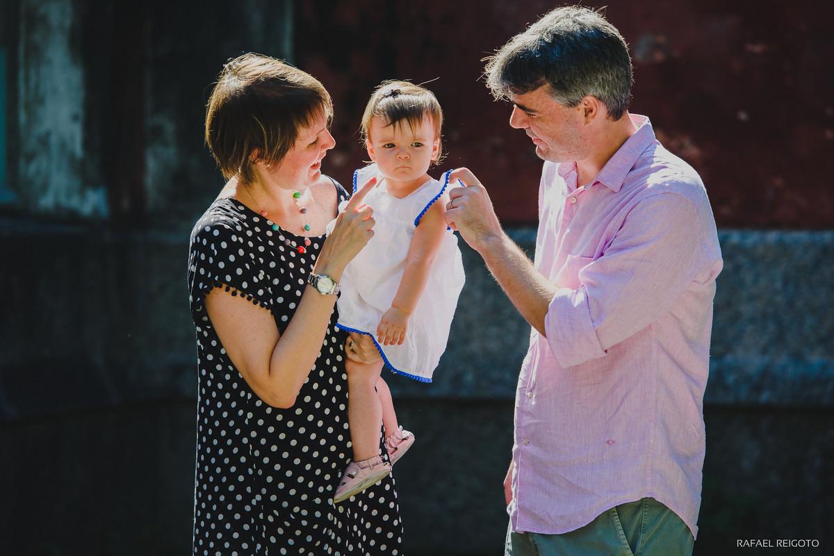 Mamãe Ana Gabriela e papai Roberto com a pequena Catarina no ensaio família no Parque Lage, Rio de Janeiro-RJ.