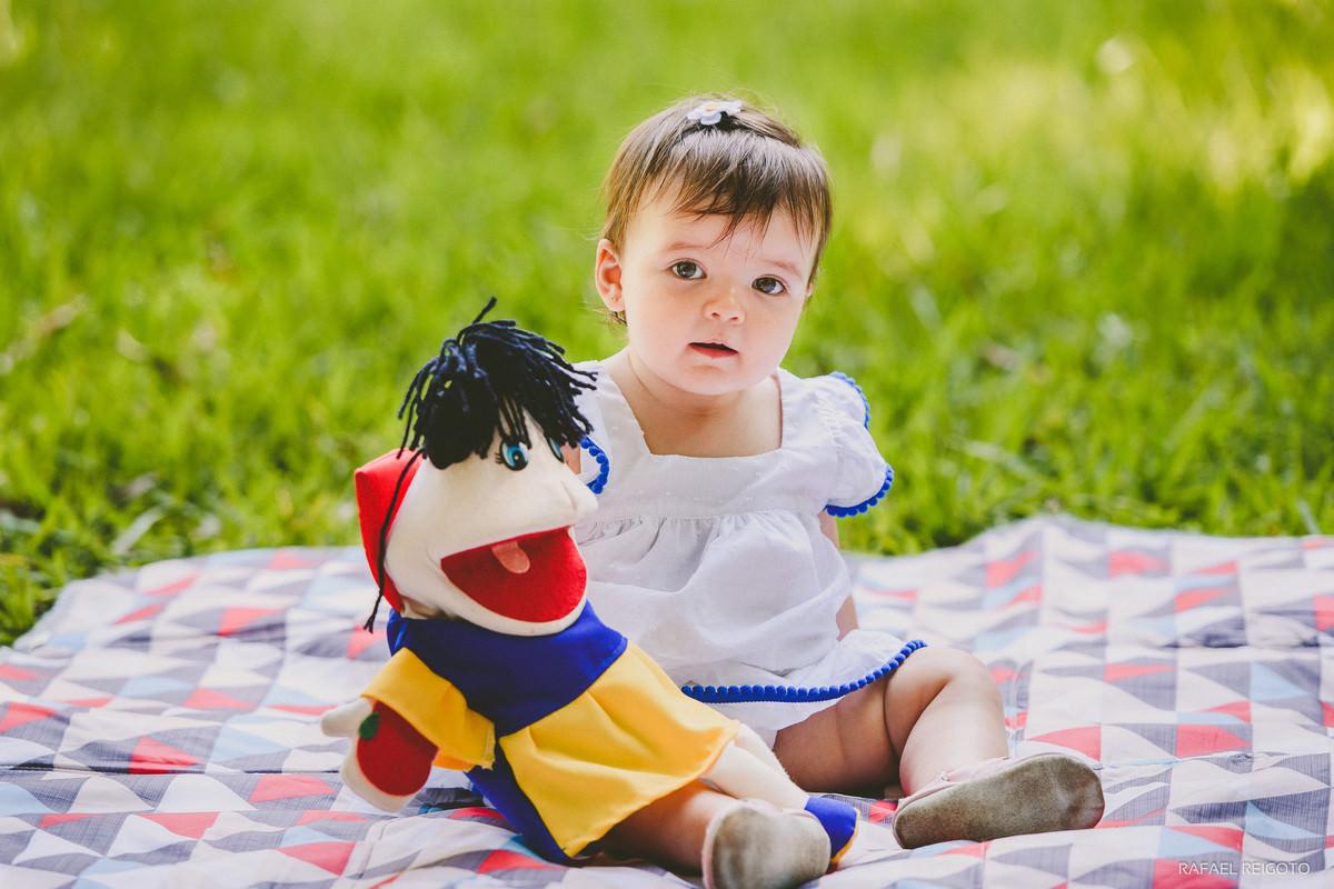 A bebê Catarina posada para a foto do ensaio infantil no Parque Lage, Rio de Janeiro-RJ