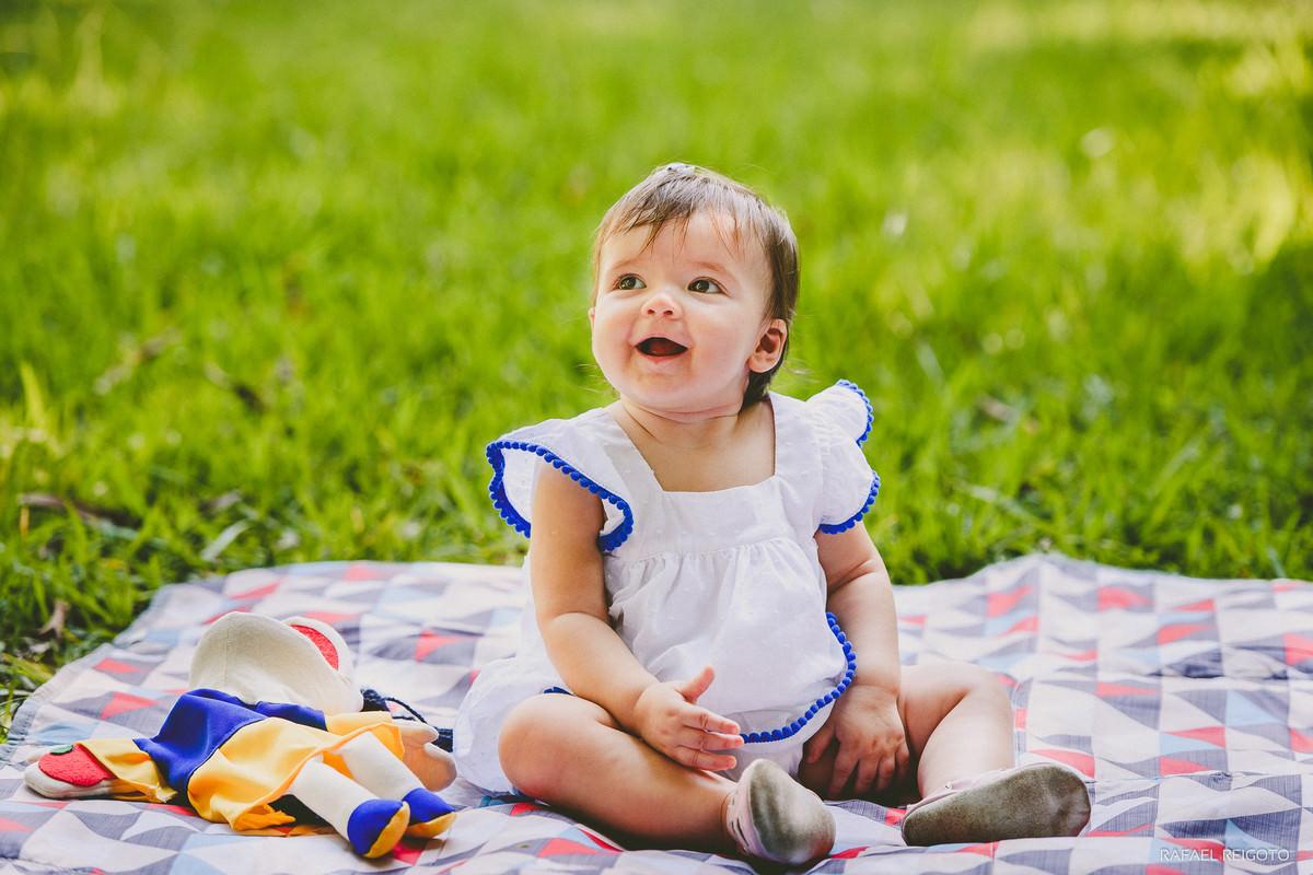Foto espontânea da bebê Catarina no ensaio infantil no Parque Lage, Rio de Janeiro-RJ