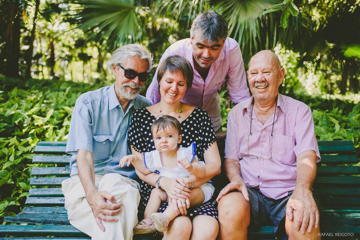 Papai, vovôs e mamãe no ensaio família da bebê Catarina no Parque Lage, Rio de Janeiro, RJ