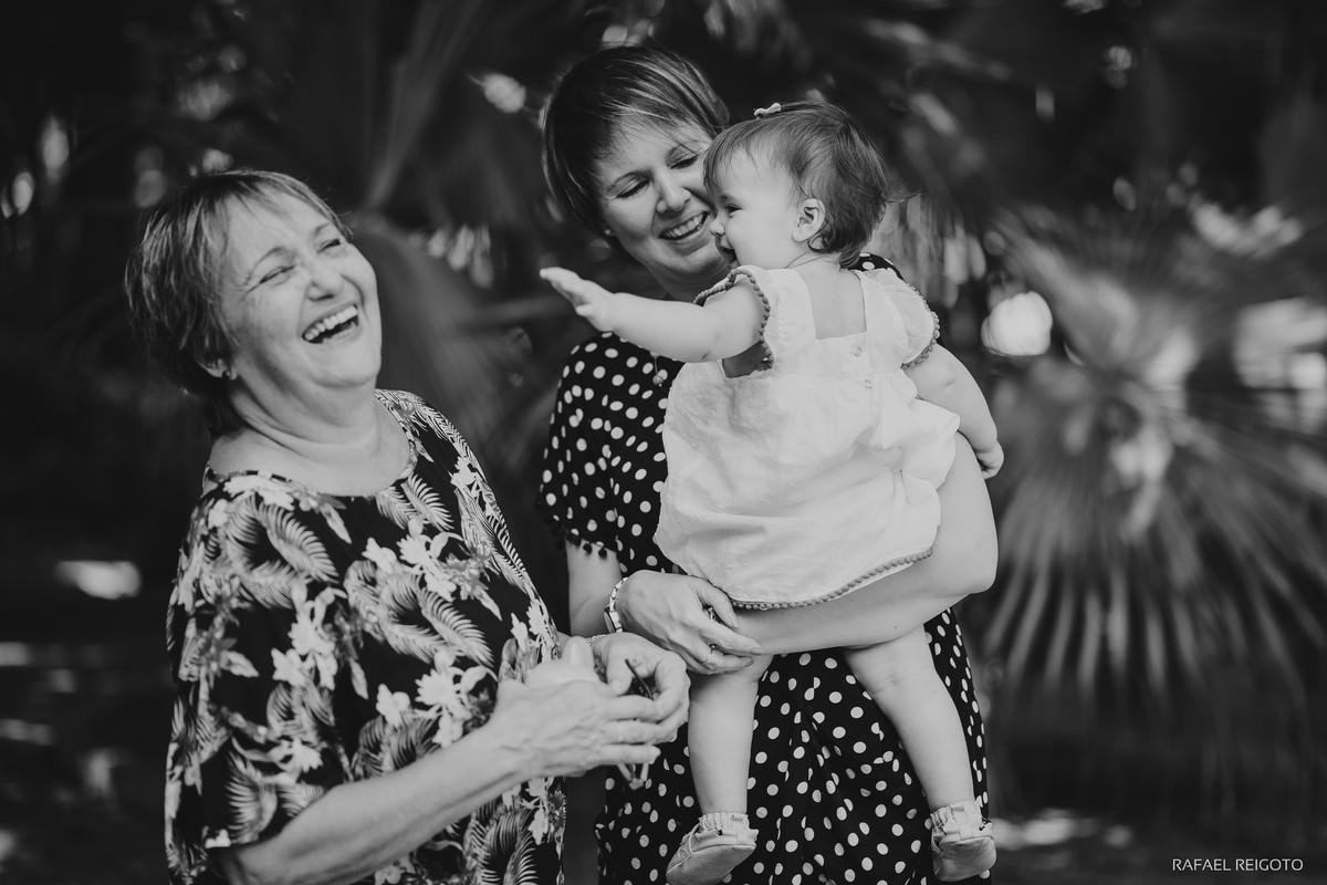 Vovó e mamãe brincando com a bebê Catarina no ensaio família no Parque Lage, Rio de Janeiro-RJ