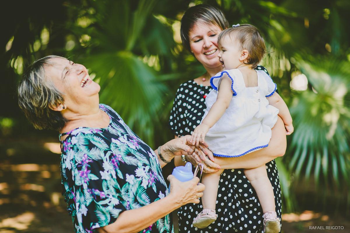 Gargalhadas da vovó Sheila com sua netinha Catarina no ensaio família no Parque Lage, Rio de Janeiro-RJ