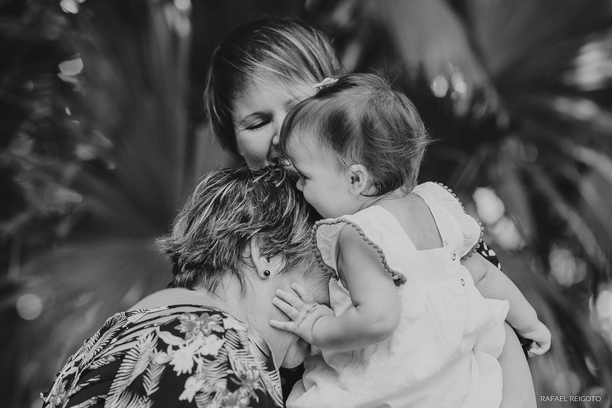 Bebê Catarina beijando a vovó no ensaio família no Parque Lage, Rio de Janeiro-RJ