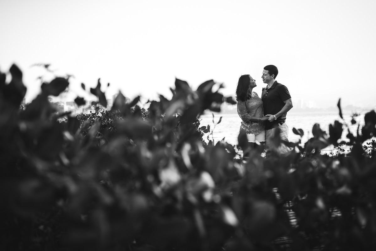 Casal de noivos Priscila e Vitor, em momento romântico na Lagoa Rodrigo de Freitas, Rio de Janeiro - RJ.