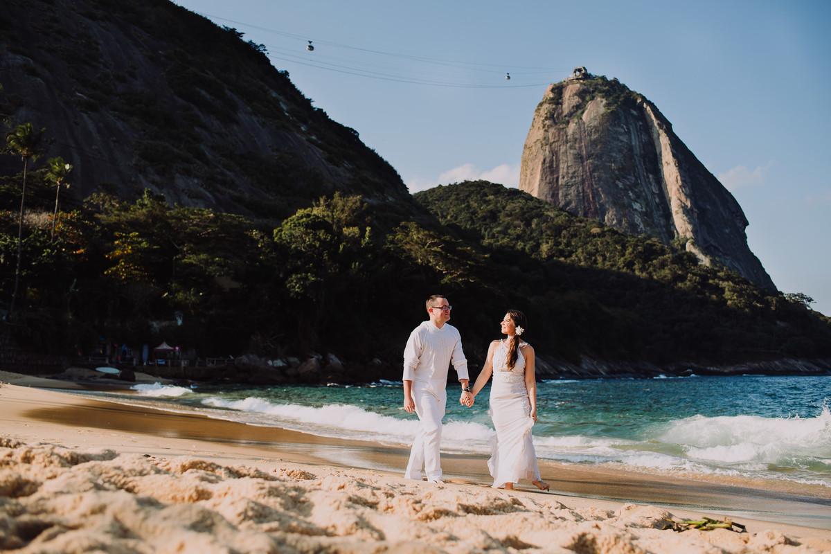 Ensaio do casal Bruna e Raphael num dos mais bonitos cartões postais do Rio de Janeiro: Praia Vermelha e Pão de Açúcar.