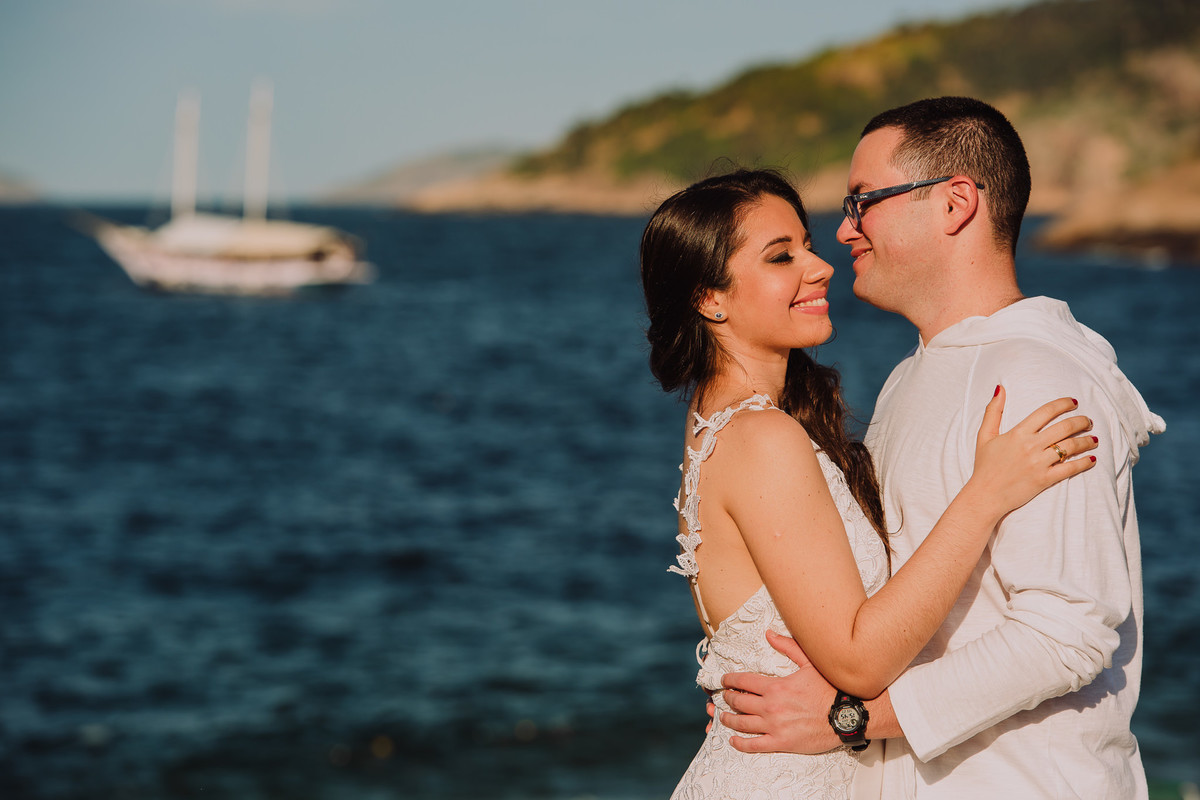 O casal de médicos Bruna e Raphael em momento romântico em frente ao mar da Praia Vermelha, Rio de Janeiro-RJ
