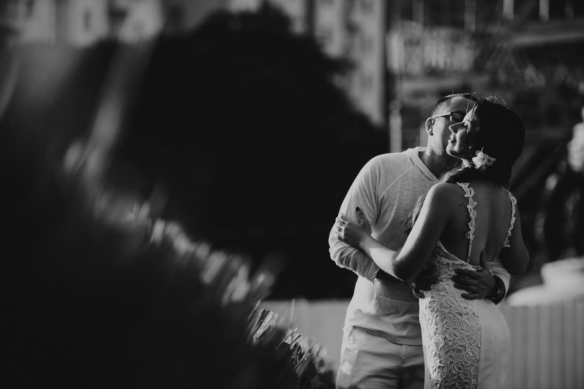 Foto preta e branca do ensaio do casal Bruna e Raphael no bairro da Urca, Rio de Janeiro/RJ