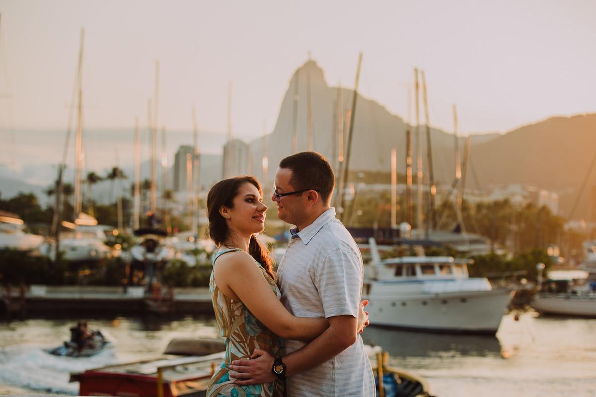 O casal Bruna e Raphael trocando olhares no ensaio pré-casamento na Mureta da Urca, Rio de Janeiro/RJ