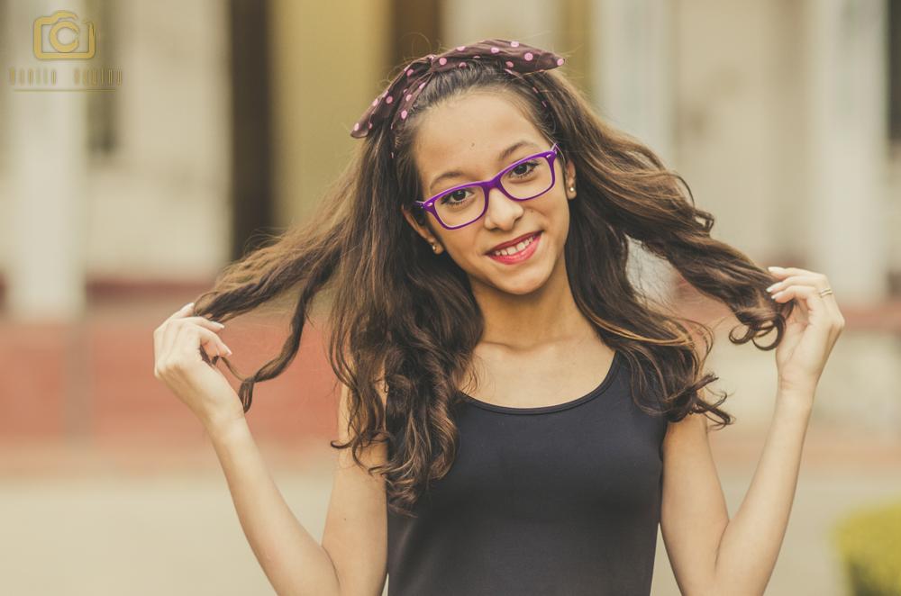 fernanda sorrindo segurando o cabelo com as duas mãos