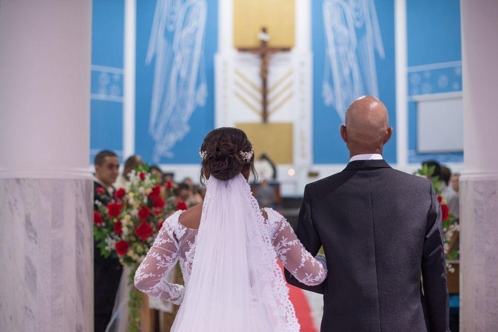 foto da sabrina de costas entrando rumo ao altar