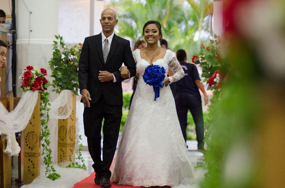 foto da sabrina e seu pai entrando no corredor