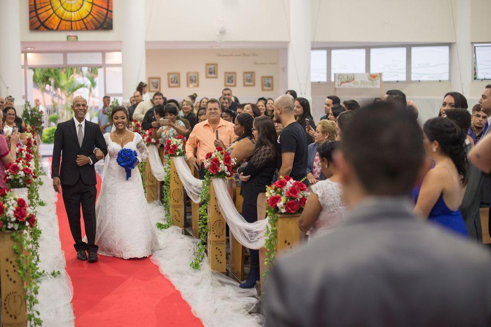 sabrina e seu pai caminhando rumo ao altar