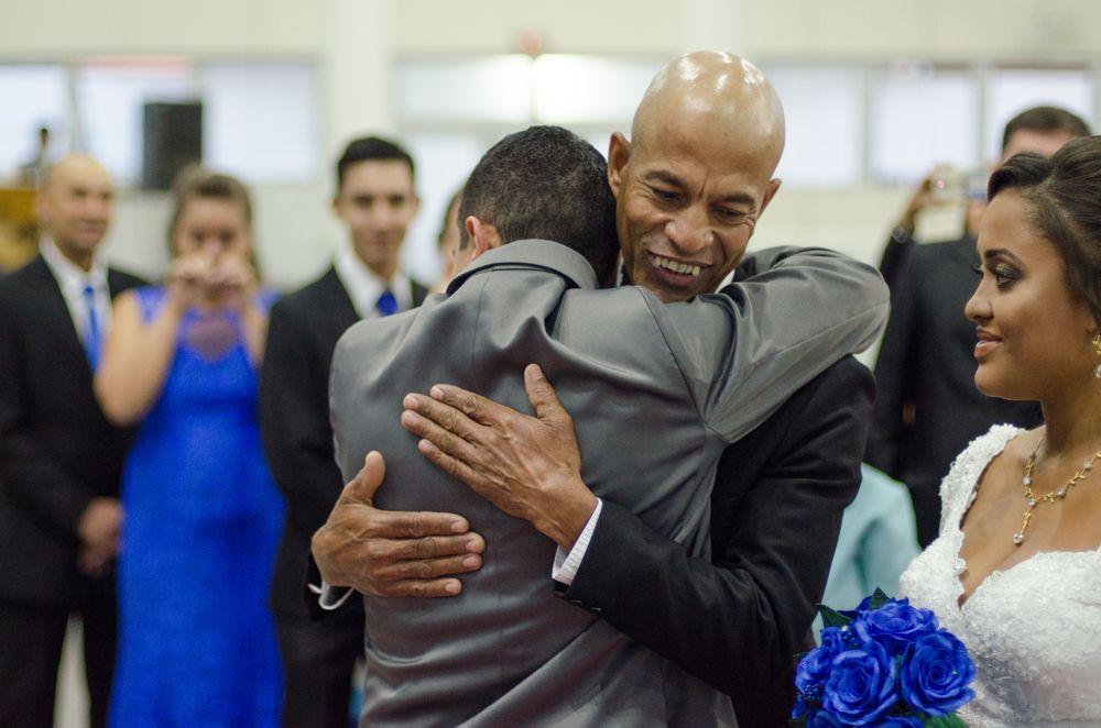 foto do joão e pai de sabrina se abraçando