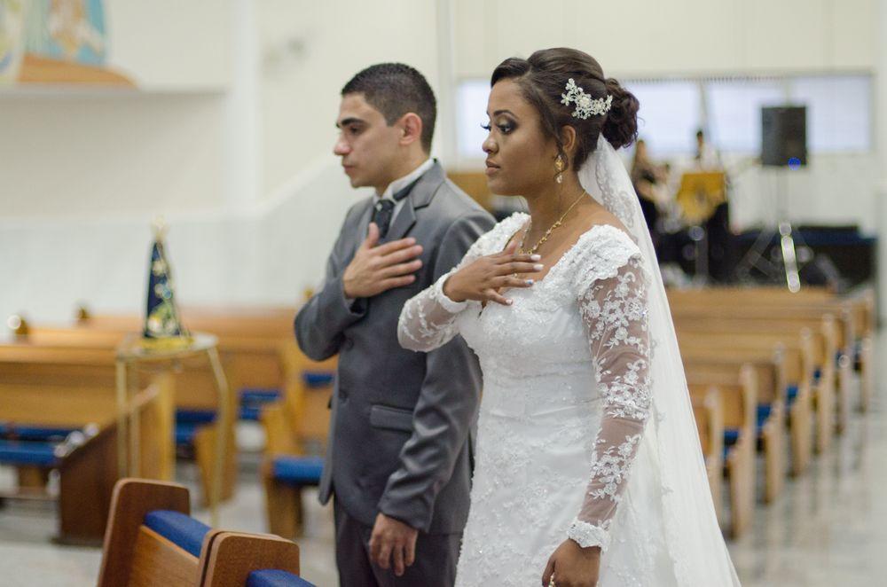 foto do casal com a mão direita no coração