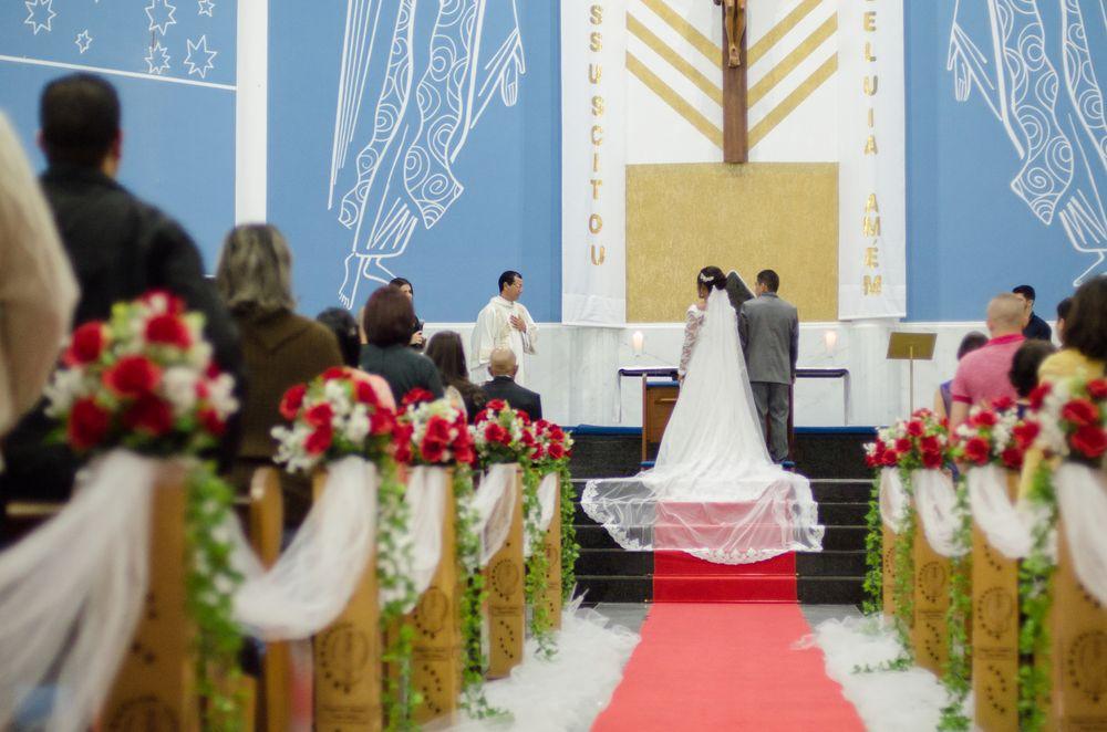 Foto do começo do corredor com o casal em pá no altar